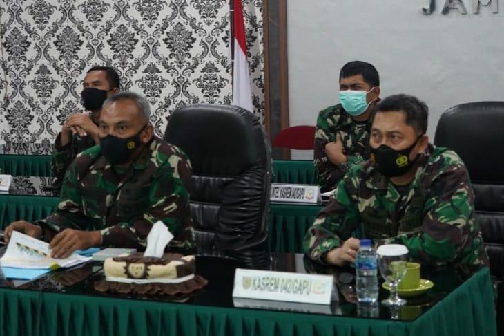 Danrem 042/Gapu Brigjen TNI M. Zulkifli Saat Mengikuti Rakor Satuan Tugas Penanganan Covid-19 secara virtual di ruang rapat Vicon Makorem 042/Gapu, Selasa (11/05/21).