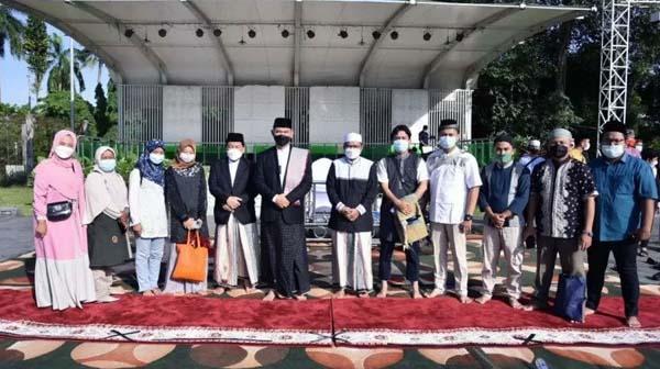 Wali Kota Jambi Syarif Fasha usai Shalat Idul Fitti 1442 H di Lapangan Kantor Wali Kota Setempat Foto Bersama Para Jurnalis, Kamis (13/05/21). FOTO : ANTARA/HO.