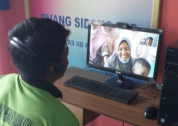 Salah Satu Napi Sedang Video Call dengan Keluarga. FOTO : Lapas Kelas II B Kuala Tungkal.
