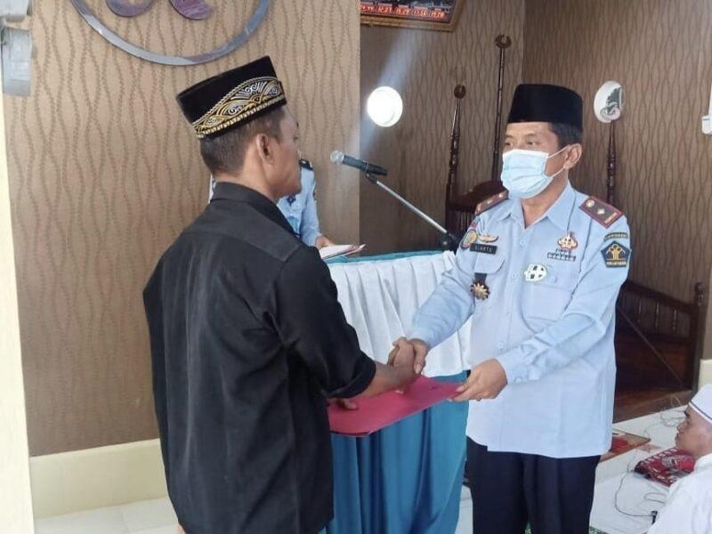 Kalapas Kelas IIB Kuala Tungkal Menyerahkan Simbolis Pada Salah Satu Napi Penerima Remisi Sebelum Shalat Id, Kamis (13/05/21).