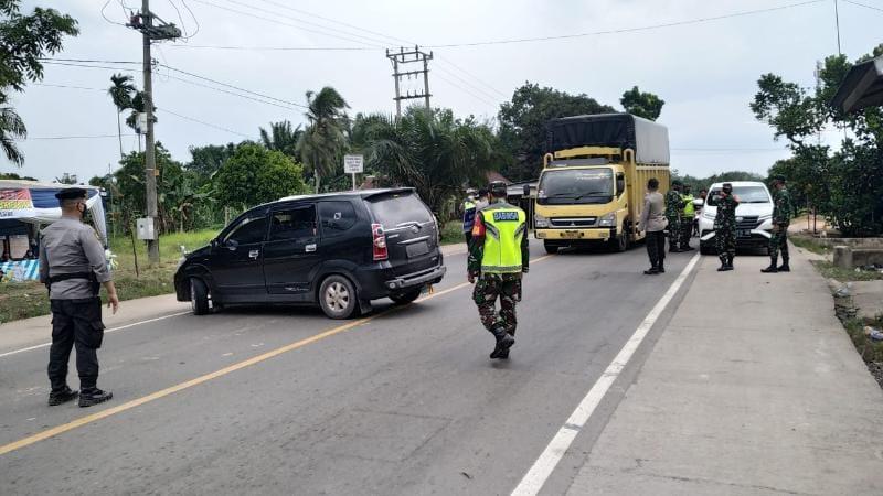 Petugas Gabungan di Pos Penyekatan Jambi-Riau Memeriksa Kemdaraan Melintas. FOTO : Istimewa.