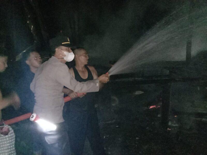 FOTO : Kapolsek Betara AKP S. Harefa Terlibat Dalam Upaya Pemadaman