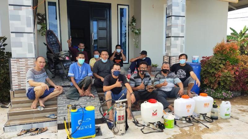 FOTO : Warga BTN Permata Hijau Gotong Royong Melakukan Penyemprotan Disinfektan di Rmah-rumah.