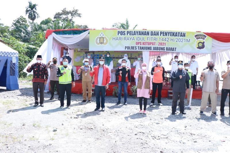 FOTO : Danrem 042/Gapu Dampingi Pj Gubernur Tinjau Pos Penyekatan Jambi-Riau di Desa Sei. Badar KM 158 Kec. Batam Asam Kabupaten Tanjab Barat, Minggu (16/05/21).
