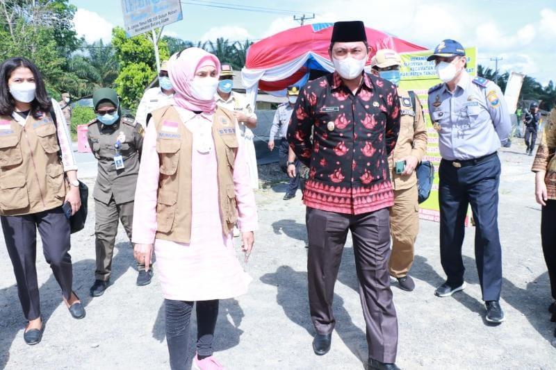 FOTO : Wabup Tanjabbar Hairan ketika Dampingi Pj Gubernur Tinjau Pos Penyekatan Perbatasan Jambi-Riau di Batang Asam, Minggu (16/05/21)