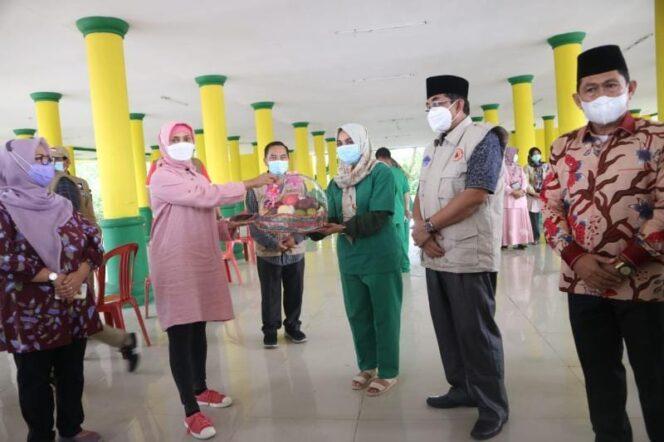 FOTO : Pj Gubernur Jambi Hari Nur Cahaya Murni Saat Berikan Bantuan pada Medis dalam rangka cek Pasien Pos Isolasi di Gedung Balai Adat, Kuala Tungkal, Minggu (16/05/21).
