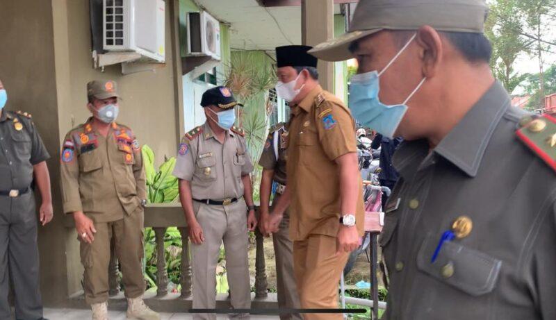 FOTO : Wakil Bupati, Hairan didampingi Sekda H. Agus Sanusi dan Kepala BKPSDM H. R. Gatot Suwarso Sidak Absensi ASN di Satpol PP, Senin (17/05/21).