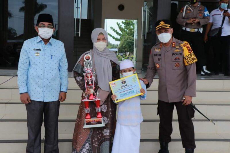 Dokumentasi Bupati H. Anwar Sadat bersama Kapolres Tanjab Barat AKBP Guntur Saputro Serahkan Hadiah Pemenang Festival Da'i Cilik dan Arakan Sahur Online. FOTO : Prokopim.