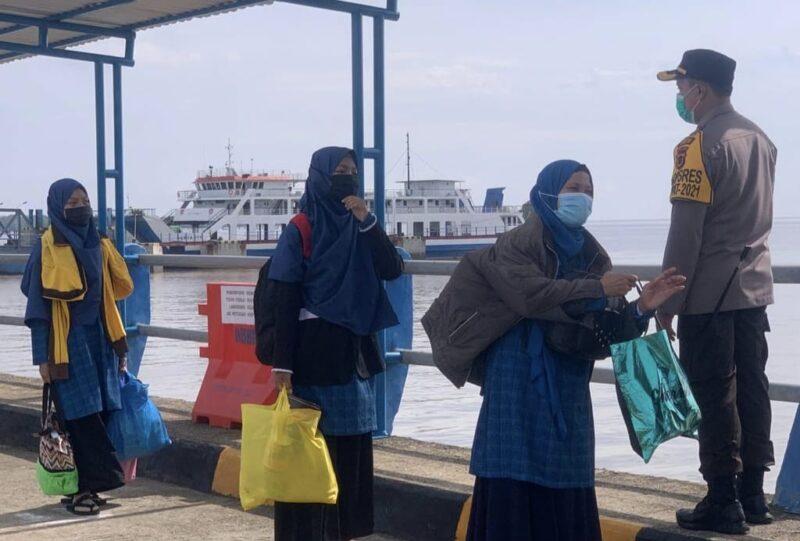 FOTO : Sejumlah Penumpang dari Batam yang mengunakan jalur transportasi laut tiba di Pelabuhan RoRo Kuala Tungkal, Tanjung Jabung Barat, Rabu (19/05/21).
