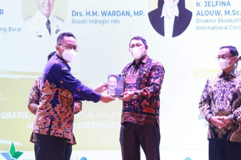 Wakil Bupati Tanjab Barat Hairan, SH pada Acara Dialog Nasional Membangun Literasi Kelapa Menuju Kedaulatan Produksi Pangan Dalam Negeri di Teater Perpustakaan Nasional Jakarta, Kamis (20/05/21). FOTO : Prokopim.