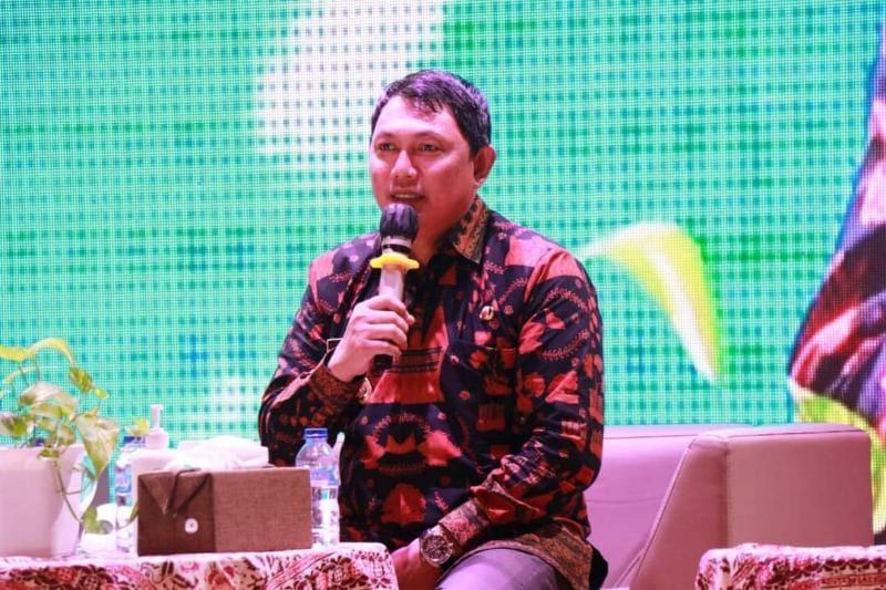 Wakil Bupati Tanjab Barat Hairan, SH Saat Menyampaikan Paparan pada Acara Dialog Nasional Membangun Literasi Kelapa Menuju Kedaulatan Produksi Pangan Dalam Negeri di Teater Perpustakaan Nasional Jakarta, Kamis (20/05/21). FOTO : Prokopim.