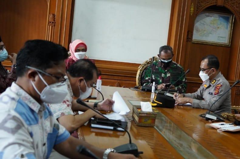 FOTO : Komandan Korem 042/Gapu Brigjen TNI M. Zulkifli pada Rapat Koordinasi Persiapan PSU Pilgub di Ruang Rapat Kantor Gubernur Jambi, Jum'at (21/05/21).