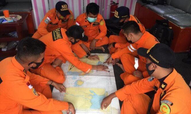 FOTO : Tim SAR Membuka Peta Sebelum Opa Pencarian.