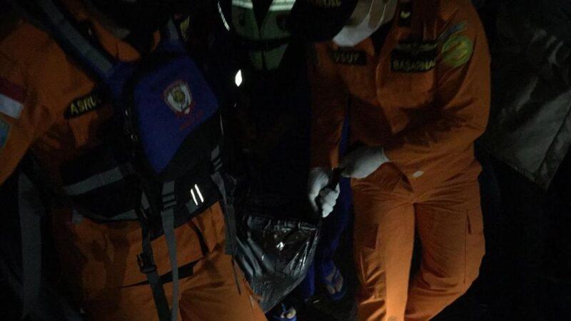 Tim SAR Gabungan Saat Evakuaai Satu Korban yang Ditemukan. FOTO : Bsarnas Jambi.