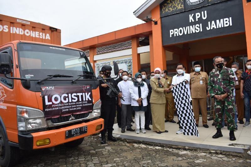 FOTO : Pj Gubernur Jambi Nur Hari Cahaya Murni saat Melepas Logiatik PSU di Kantor KPU Provinsi Jambi.
