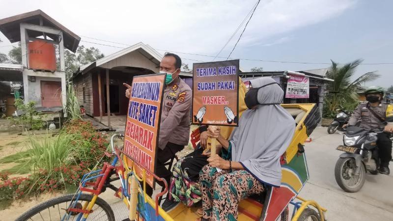 FOTO : Kapolres Tanjab Barat AKBP Guntur Saputro, SIK, MH door to door melakukan vaksinasi terhadap lansia dengan sistem antar jemput pakai Becak.