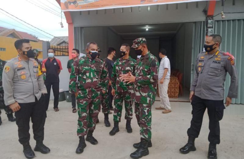 Komandan Korem 042/Gapu Brigjen TNI M. Zulkifli bersama Kapolda Jambi Irjen Pol A. Rachmad Wibowo meninjau beberapa TPS pelaksanaan PSU PilgubJambi di Muara Jambi, Rabu (26/05/21). FOTO : Kapenrem042/Gapu.