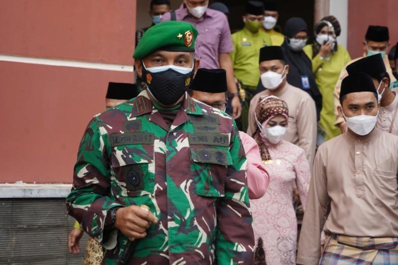 FOTO : Danrem 042/Gapu Brigjen TNI M. Zulkifli menghadiri Rapat Paripurna Isyimewa DPRD Kota Jambi dalam rangka memperingati Hari Jadi ke-75 Pemerintah Kota Jambi Tahun 2021.