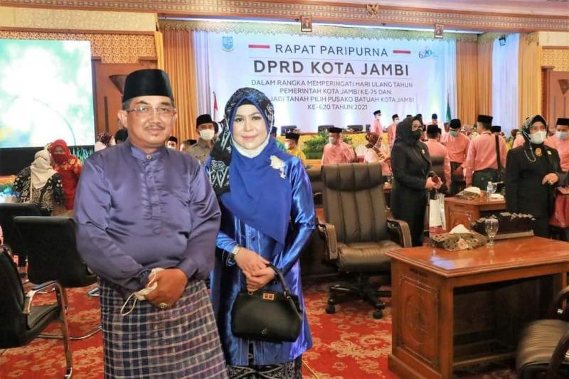 FOTO : Bupati Anwar Sadat dan Istri saat Hadiri Rapat Paripurna Isyimewa DPRD Kota Jambi dalam rangka memperingati Hari Jadi ke-75 Pemerintah Kota Jambi Tahun 2021.