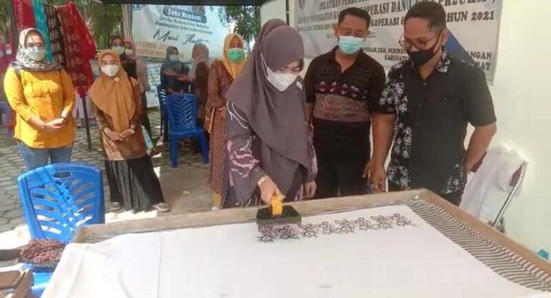 Hj. Fadhilah Sadat ketika pelatihan membuat batik motif khas Tanjab Barat di Pelataran Food Corner Kuala Tungkal, kamis (27/05/21). FOTO : Prokopim.