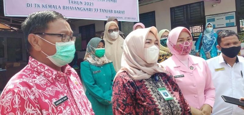 FOTO : TP-UKS Jambi Tinjau Kesiapan Sekolah Tatap Muka di Tanjabbar di TK Kemala Bhayangkara Kuala Tungkal.
