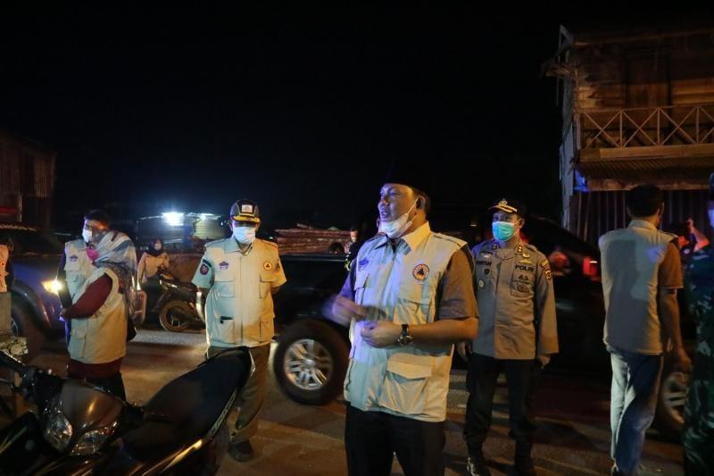 Wabup Hairan, Kapolres dan Dandim Saat Sarangi Pemilik Warkop dan Pengunjung. FOTO : Dok. Polres Tjb
