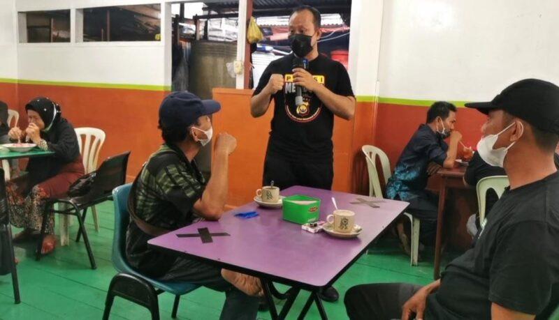 Kapolrea Tanjab Barat Saat Menggelar Sosialisasi kepatuhan protokol Kesehatan di Wakop H. Ismail Parit 1 Kuala Tungkal, Sabtu (30/05/21). FOTO : Humasres.