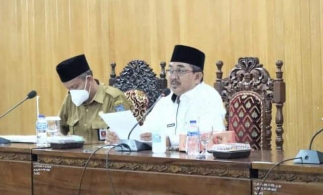 Bupati H. Anwar Sadat saat memimpin Rapat Evaluasi LPPK OPD Triwulan 1 di Ruang Pola Utama, Senin (31/05/21). FOTO : Prokopim