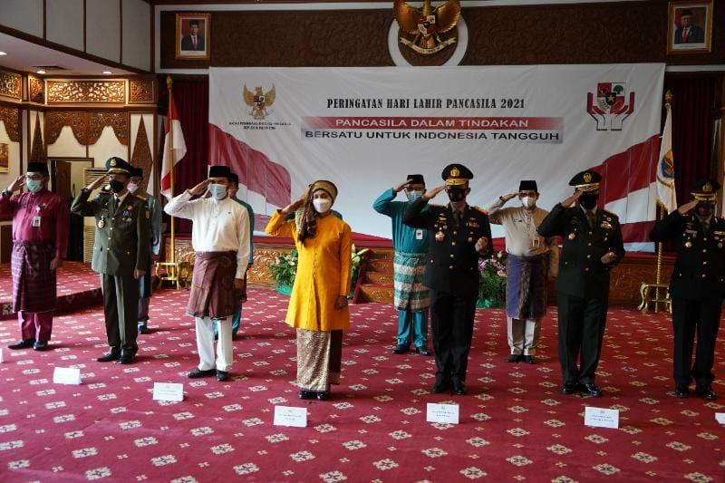 Danrem 042/Gapu Brigjen TNI M. Zulkifli mengikuti upacara Peringatan Hari Lahir Pancasila dilaksanakan di Auditorium Rumah Dinas Gubernur Jambi, Selasa (01/06/21).