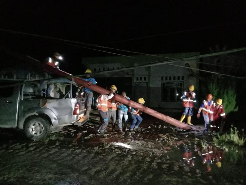 Petugas PLN Tengah Melakukan Perbaikan Taing yang Roboh. FOTO : Istimewa