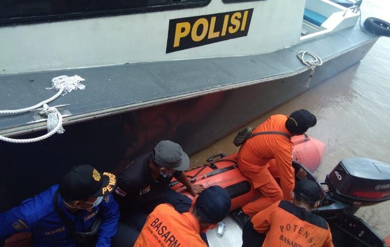 FOTO : Petugas Bersiap Melakukan Pencatian Korban