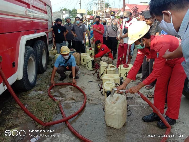 Polsek Tebing Tunggi bersama Forkopincam dan elemen masyarakat lakukan kegiatan penyemprotan disinfektan, Jumat (04/05/21).