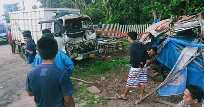 FOTO : Lenampakan Kondisi Truk dan Lapak PKL pasca insiden kecelaan Tunggal.