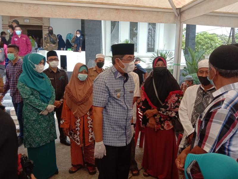 Bupati H. Anwar Sadat saat meninjau gerakan serempak pekan vaksinasi lansia se- Propinsi Jambi di Gedung Balai Pertrmuan Kantor Bupati, Selasa (08/06/21).