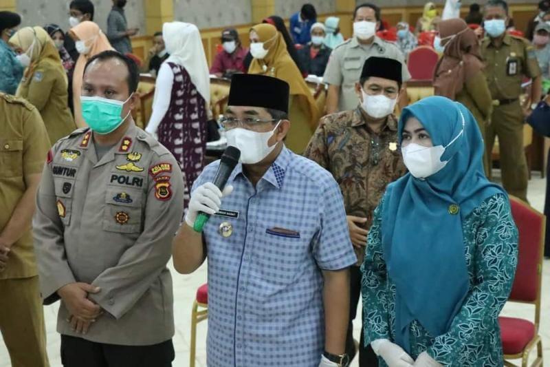 Bupati Anwar Sadat Beserta Istri Ketika Ikuti Launching Gerakan Serempak Pekan Vaksinasi LANSIA Se-Provinsi Jambi Secara Virtual. FOTO : Prokopim.