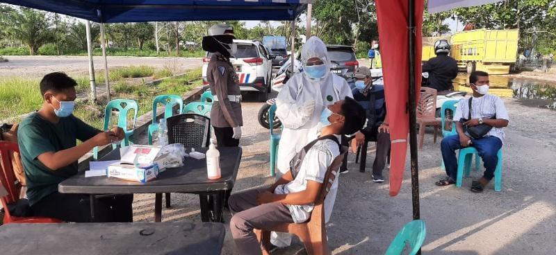 Satlantas Polres Tanjab Barat dan Dinaks Kesehatan lakukan Saat Lakukan Uji Rapid Antigen di Terminal Bingkar Muat di Desa Pembengis, Selasa (08/06/21).