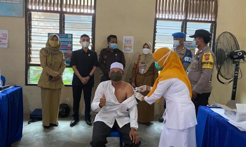 FOTO : Satria Tubagus Hermawan, SH Saat Mendampingi para Lansia untuk di vaksin di Kantor Lurah Tebing Tinggi, Rabu (09/06/21).
