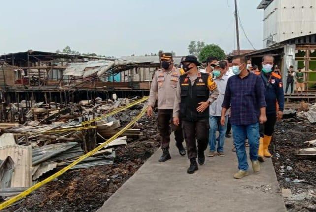 FOTO : Kapolda Jambi Irjen Pol A. Rachmad Wibowo Ketika Meninjau lokasi kebakaran di Desa Mendahara Tengan Kecamatan Mendahara Kabupaten Tanjab Timur, Rabu (09/06/21).
