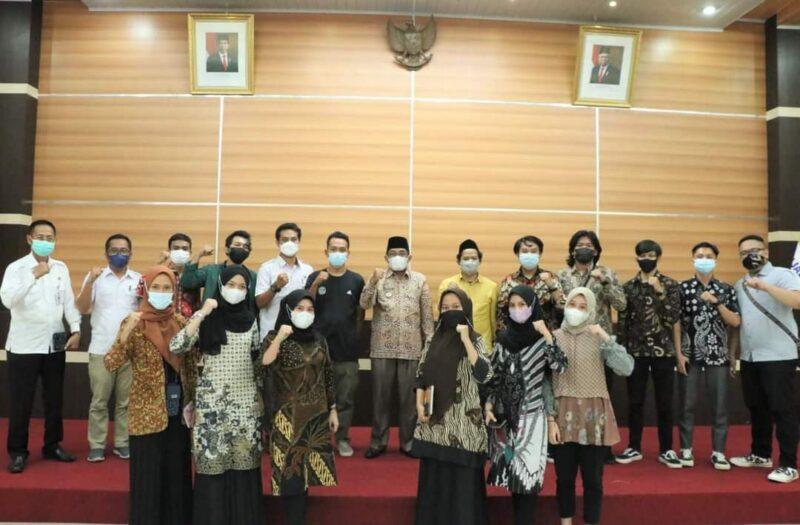 Bupati Tanjab Barat H. Anwar Sadat Ketika Menerima Kunjungan IKAPEMTA Yogyakarta di Rumah Jabatan Bupati, Rabu (09/06/21). FOTO : Prokopim.