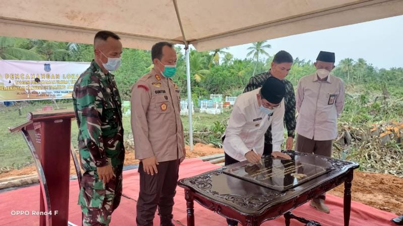 Bupati Tanjab Barat H. Anwar Sadat Menandatangani Prasasti Canangkan Tempat Pemakaman Umum (TPU) Umat Islam, Jumat (11/06/21). FOTO : ZN