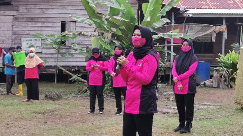 Ketua Cabang Bhayangkari Polres Tanjab Barat Ny. Indri Guntur Saat Menyampaikan Edukasi Trauma Healing dan Himbauan. FOTO : Polres Tjb.