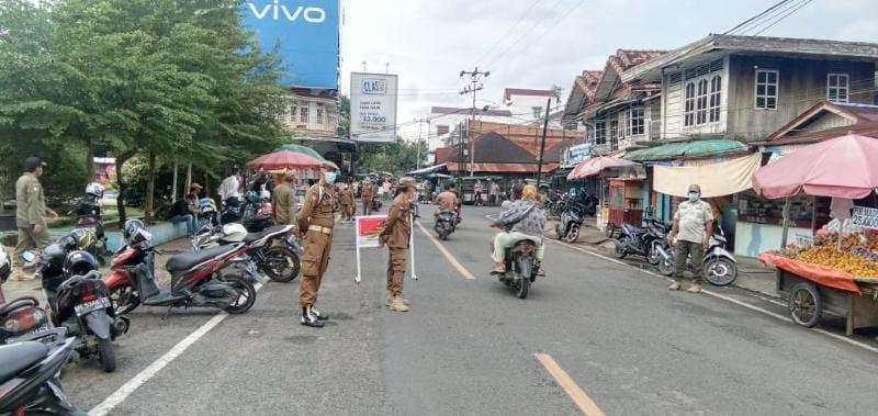 Tim Gabungan Satpol PP dan Polres Tanjab Barat Mendata dan Berikan Sanki Pelanggar Prokes saat Razia Masker, Sabtu (12/06/21).