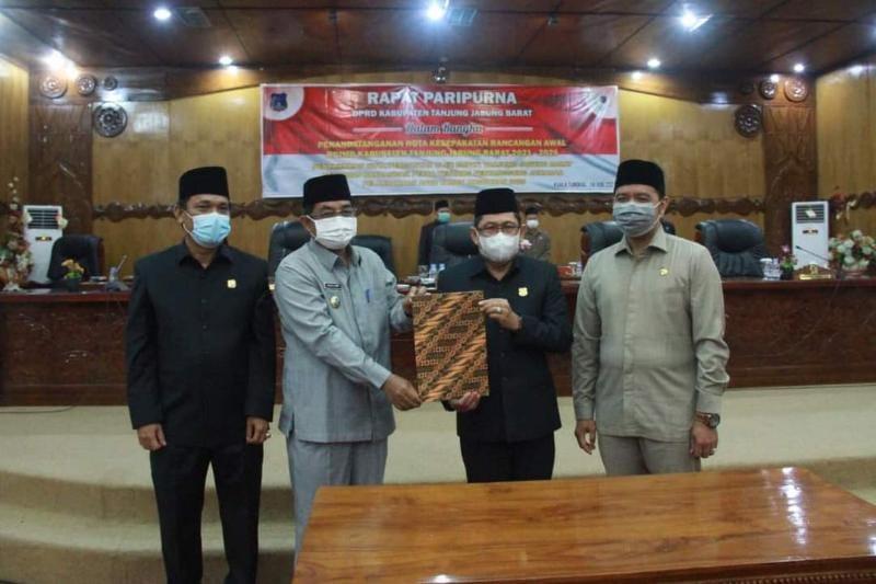 Prosesi Penandatanganan Nota Kesepakatan Rancangan Awal (NKRA) RPJMD Kabupaten Tanjung Jabung Barat Tahun 2021-2026 oleh Bupati H. Anwar Sadat dan Pimpinan DPRD, Senin (14/06/21). FOTO : Prokopim.