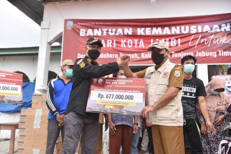 Wali Kota Jambi Sy. Fasha di Mendahara Ulu, Tanjab Timur simbolis Me.yerahkan Bantuan Donasi Kota Jambi Pedulai kepada Bupati H. Romi Haryanto, Selasa (15/06/21). FOTO : Ng
