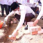 Bupati Tanjab Barat, H. Anwar Sadat Saat Meletakan Batu Bata dan Cor Pertama Pembangunan Mushola Al-Alief di RT 34 Desa Purwodadi, Kec. Tebing Tinggi, Rabu (16/06/21). FOTO : Prokopim.