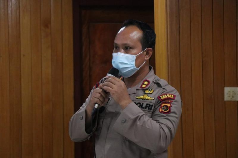 Kapolres Tanjab Barat AKBP Guntur Saputro, SIK, MH Paparan pada Rapat dan evaluasi kegiatan Satgas Covid-19 di Pola Utama Kantor Bupati Tanjab Barat, Jumat (18/06/21).