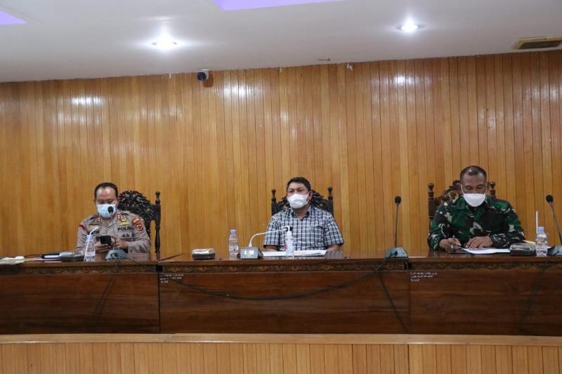 Pemkab Tanjab Barat dan Satgas Covid-19 dipimpin Wakil Bupati Hairan menyikapi zona merah dan angka penularan masih tinggi, Jumat (18/06/21).