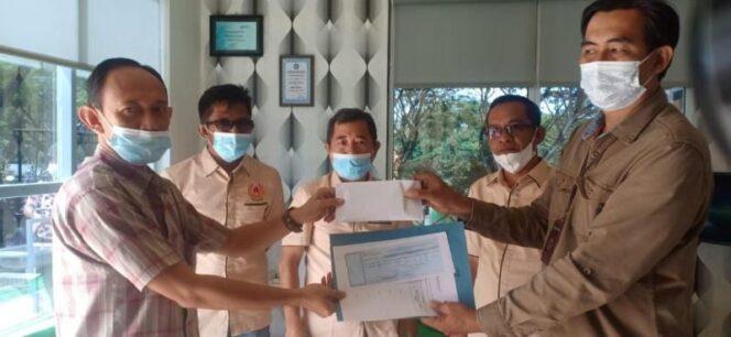 Marhadi Staff Community Development (Comdev) PetroChina Menyerahkan Bantuqn kepada Ketua Cabor Taekwondo Tanjab Timur, Herman Toni. FOTO : Dok. PETROCHINA.