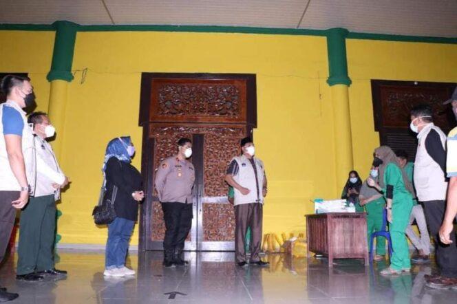 Wabup Hairan dan Wakapolres Al Hajat, SIK saat Tinjau Tempat Isolasi Pasien Covid-19 di Balai Adat, Minggu (20/06/21). FOTO : Prokopim.