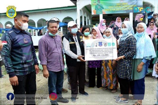 Bupati Romi Dampingi Bupati Tanjab Barat Salurkan Bantuan ke Desa Mendahara Tengah, Minggu (20/06/21).